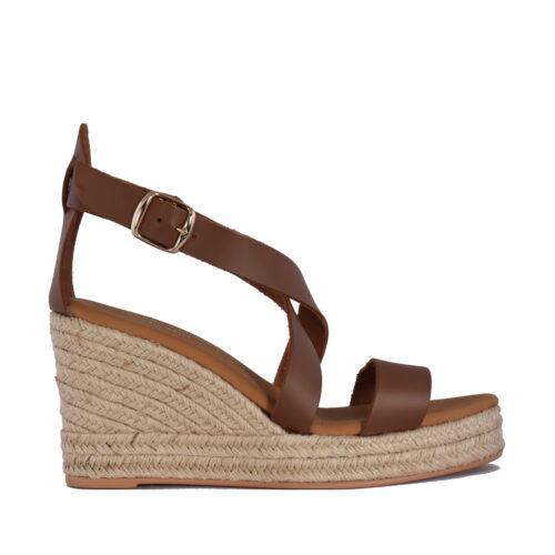 Kalogeropoulos Shoes Γυναικείες Πλατφόρμες 81-011 κατάλληλες για τις καλοκαιρινές βόλτες με άνεση. Χρώμα ταμπά.